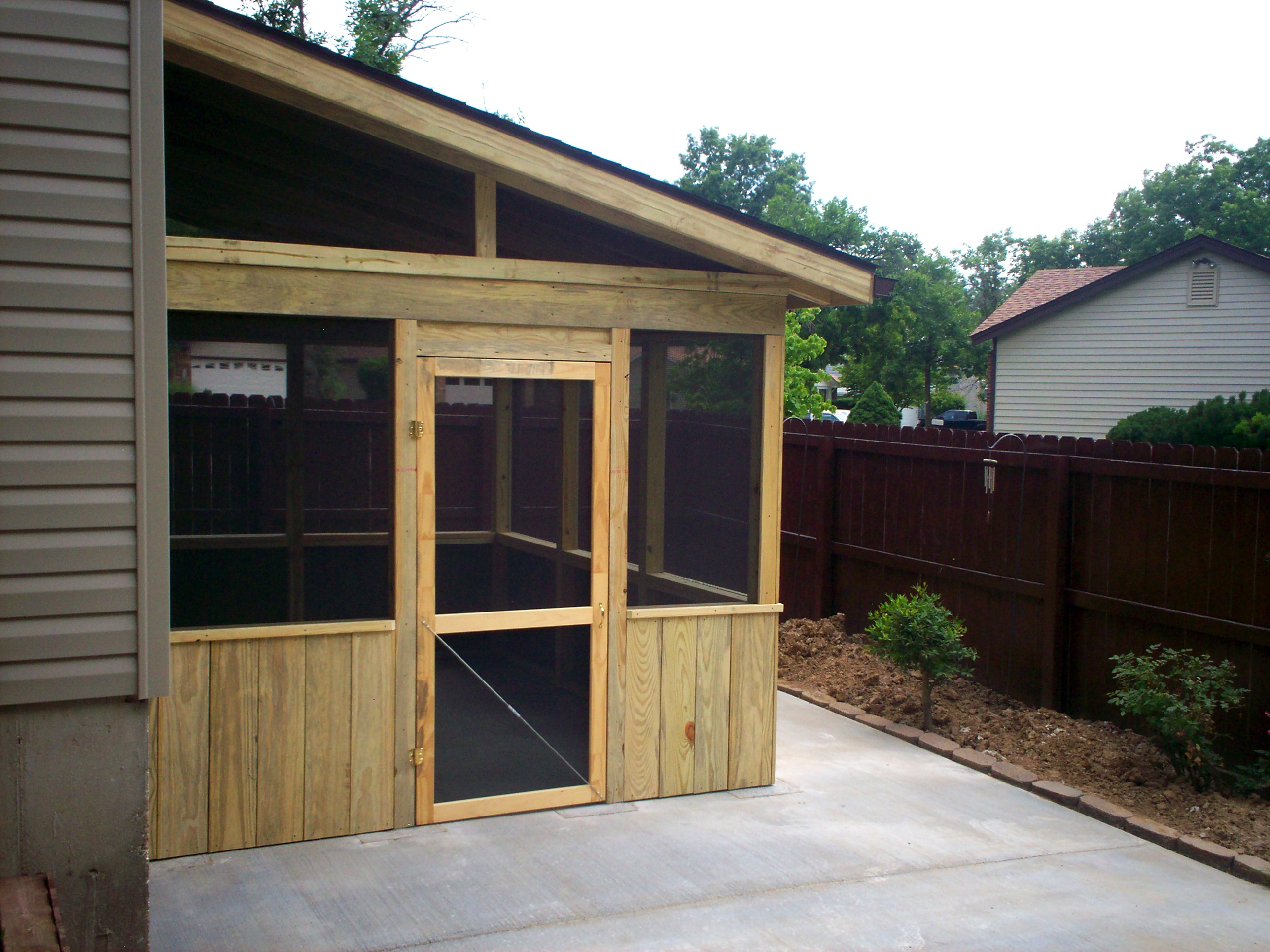 Screened room on patio st louis decks screened porches for Screen room plans